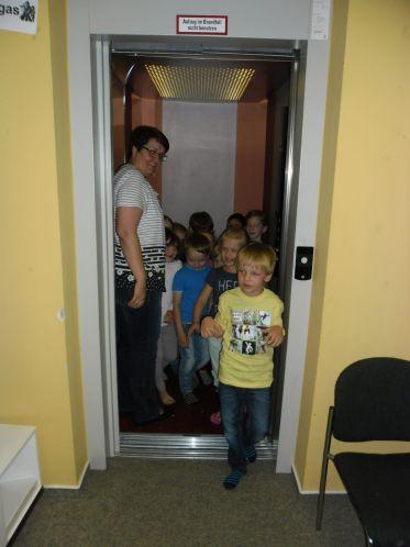 Alle zusammen testen den Fahrstuhl