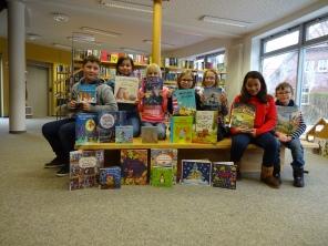 Bibliotheks-AG mit neuen Büchern
