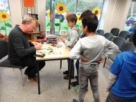 Auch mitgebrachte Bücher der Kinder wurden signiert