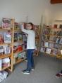 Ida räumt Bücher ein