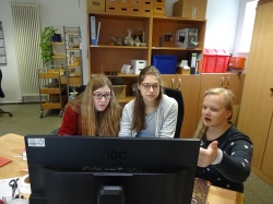 Frau Hoppmann erklärt das Katalogisieren